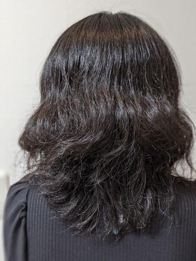 硬くてしっかりとした髪質。