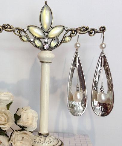 Perle de culture et sa coque d'argent, boucles d'oreille de l'atelier Aux Dames de Jadis