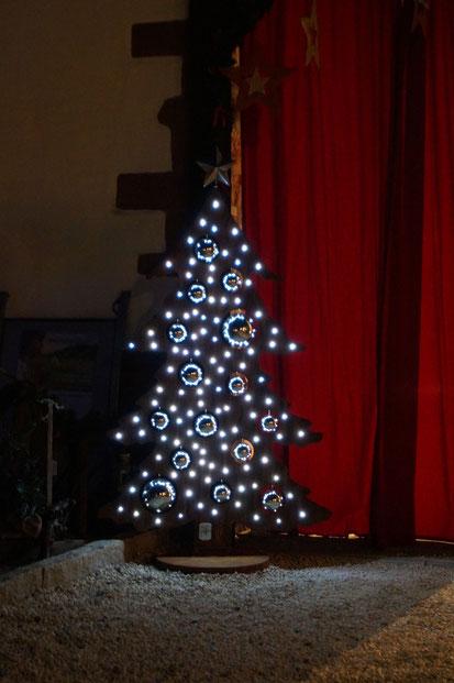 Der Weihnachtsbaum ist ca. 180 cm hoch hat 100 LEDs  u. 15 Edelstahlkugeln Und kostet 600,- Euro.