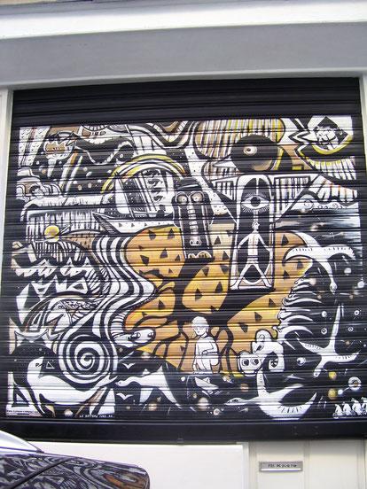 Graff sur rideau de fer, Atelier du 13 rue du Cambodge, Paris XX. Le bateau ivre. A.R, rideau métallique