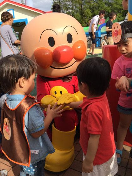 あ!アンパンマン!!!握手してもらってちょっと緊張気味のガーデンドクターJr
