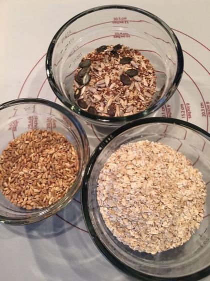 Dinkelkörner, Saaten und Haferflocken