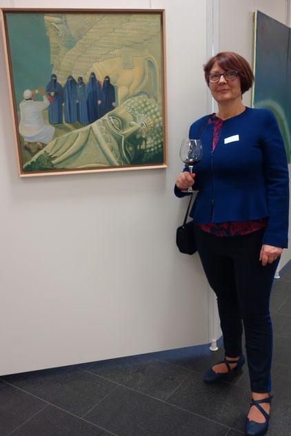"""43. Kunstpreis der Kulturstiftung Sparkasse Karlsruhe """"Witz & Ironie"""":  Gabriele Roman vor ihrem Werk """"Bitte lächeln"""""""