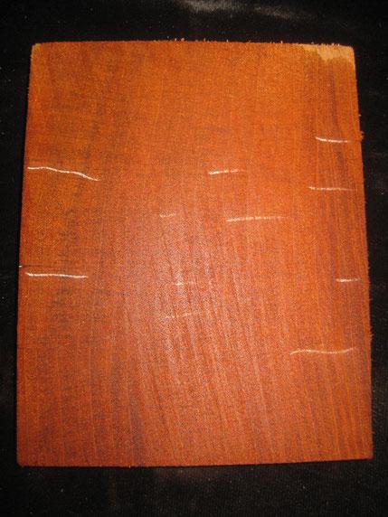 一皮剥くと柾目のヴァーチカルグレインでした。白ラインはワレの名残。