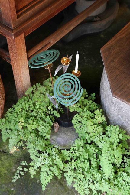 福成三太作「ぐるぐる蚊とり草」銅・真鍮