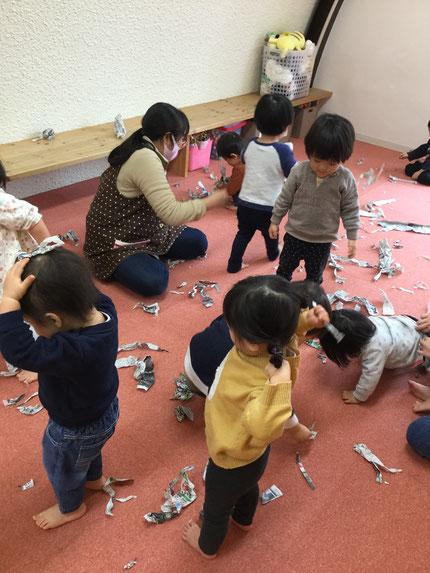 ひかりぐみさんとそらぐみさんは、新聞紙遊びをしました。丸めたり破ったりして、楽しそうに遊んでいました。