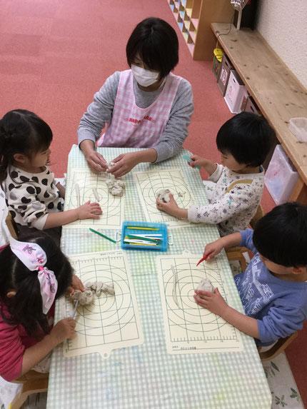 今日は、お部屋で遊びました。ほしぐみさんは、粘土遊びをしました。 みんな、真剣に粘土で遊んでいました。