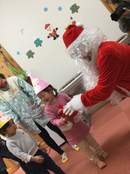 今日は、クリスマス ! 保育園でもクリスマス会をしました。サンタさんがきてくれて、プレゼントをもらいました。 みんな、とても喜んでいました。