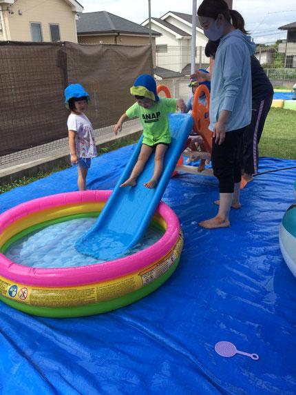 最後に「ばっしゃーん!」とプールの中に入り込むのが、とっても楽しくて何度も繰り返している子もいました。まだまだ暑い日が続くので、いろいろな遊び方をして楽しんでいきたいと思います♪