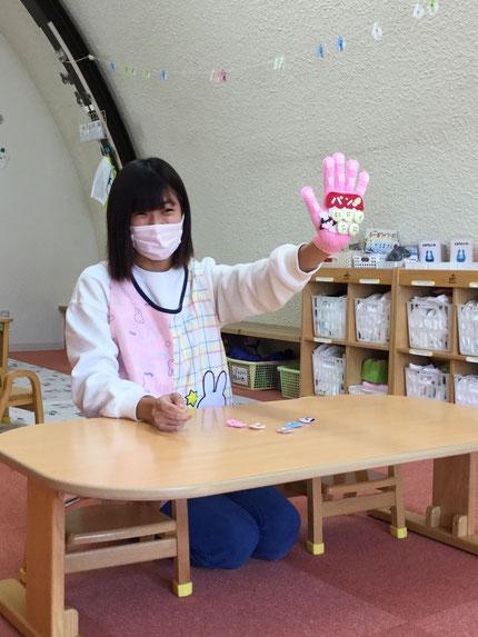 お楽しみ会は、先生がメロンパンの手袋シアターをやってくれました。