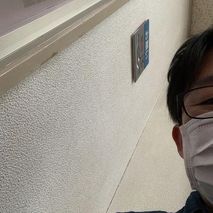 病院の待合室で待つ私
