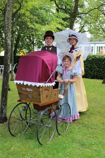 Familie mit Kinderwagen