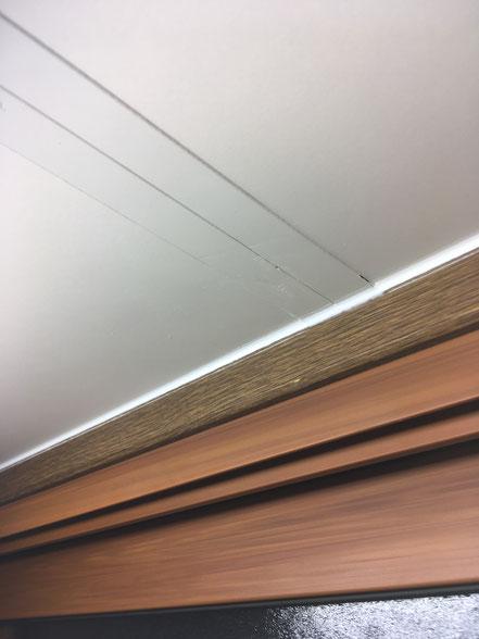 キッチンキャビネットの傷補修、お家のキズ補修・住宅建材リペア なら箕面市のイエリペア!フローリングのキズや床のシミ補修、アルミサッシ、樹脂サッシ、アルミてすり、門扉、玄関ドア、石材、タイル、人工大理石、外壁、サイディング、コンクリート、ステンレス、木製建具などのキズ補修を安心価格でご提供【大阪・箕面・豊中・吹田・兵庫・西宮・川西・宝塚・北摂】家リペア、リペア