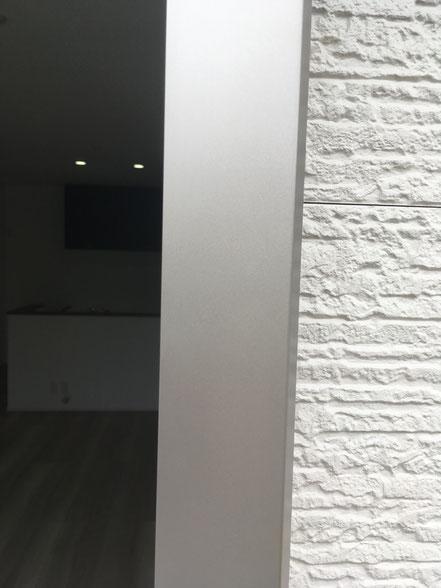 アルミサッシの傷補修、お家のキズ補修・住宅建材リペア なら箕面市のイエリペア!フローリングのキズや床のシミ補修、アルミサッシ、樹脂サッシ、アルミてすり、門扉、玄関ドア、石材、タイル、人工大理石、外壁、サイディング、コンクリート、ステンレス、木製建具などのキズ補修を安心価格でご提供【大阪・箕面・豊中・吹田・兵庫・西宮・川西・宝塚・北摂】家リペア、リペア