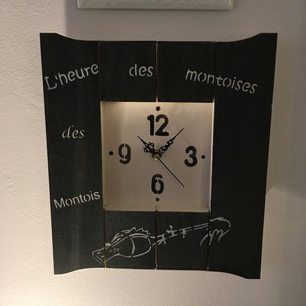Horloge en bois peinte : 55€