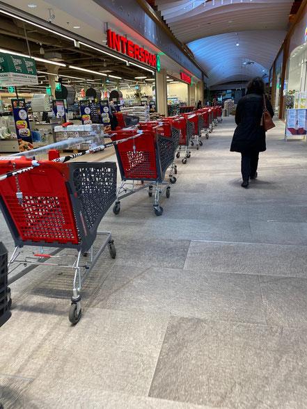 このスーパーでも入場者数をコントロールし、カートでさらに場所を区切って人の移動を制限しています。