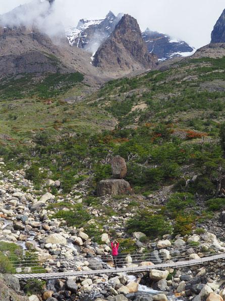 Kurzer Yoga-Baum auf einer Hängebrücke in Torres del Paine