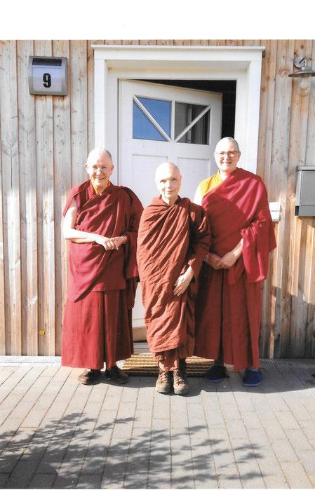 Drei buddhistische Nonnen stehen vor dem Eingang des Klosters Shide