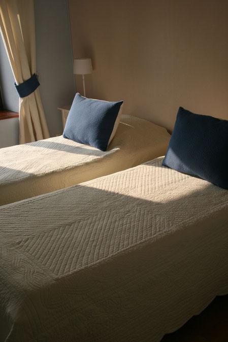 SUITE BLEUE CHAMBRE 2  / possibilité un grand lit 180 x 200 ou deux lits jumeaux 90 x 200