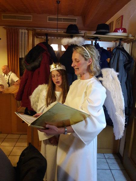 Die Engel Manuela und Eva berichten über die Mannschaften der Burgschützen.