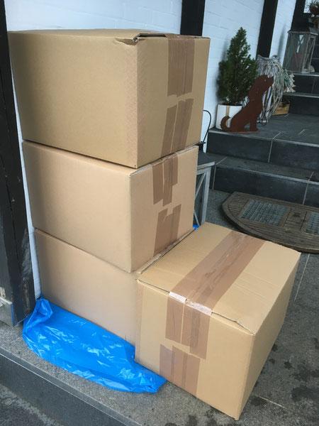 Unsere vier Spendenpakete kurz bevor sie zum Paketshop gebracht wurden
