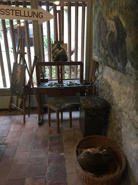 Atelier nachgestellt nach Foto des Ateliers im Dachstock des Kornhaus Bern (immer in der Nähe seiner Staffelei befand sich das Hundekörbchen) Ginny unserem Beagle gefällt die Atelier Situation