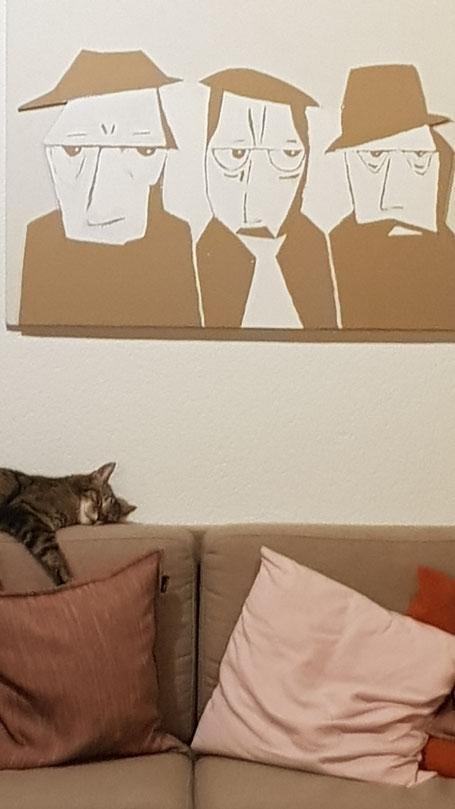 Cardboard Art Wellkarton Bild von drei Männern mit schlafender Katze