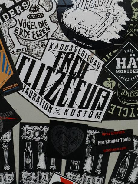 Sticker-Wall in der Werkstatt des Auftraggebers. Sticker Collage. Projekt: Logo Redesign for Fred Flitzefuß Custom. By Zuni from BRAVE & BUTT DESIGN STUDIO