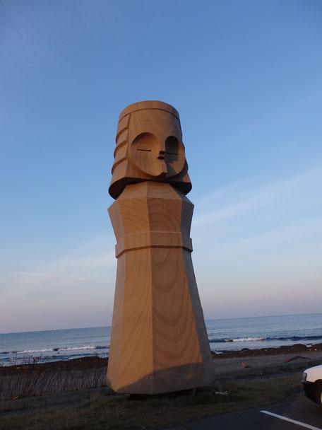 オホーツク海を見渡せる海岸にあるニポポの像!これは世界最大のニポポ像だそうです!!