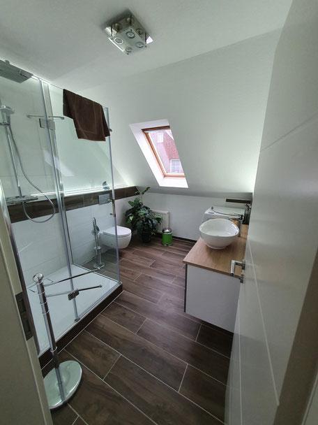Bad im Obergeschoß mit Dusche 100x100 cm