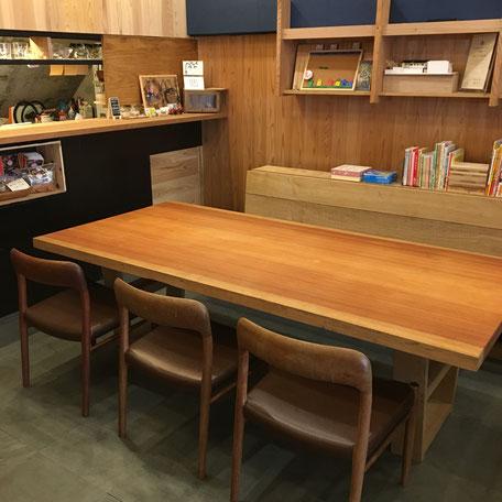 無垢の木のテーブル。一枚板。大阪府吹田市の木の家ならWASH建築設計室。