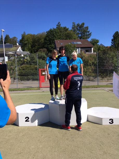 Das bei den WS 2 siegreiche Phoenixtrio (Renate Ansel, Kristina Telge und Natascha Wolf) wird für seinen Erfolg geehrt.