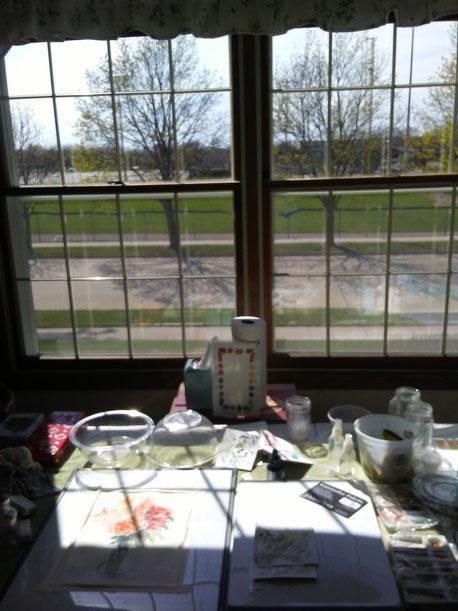 Blick auf Bilder auf einem Tisch vor einem Fenster