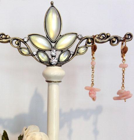 Idée cadeau pour Noces de Corail, boucles d'oreille en corail rose sur dormeuses plaqué or