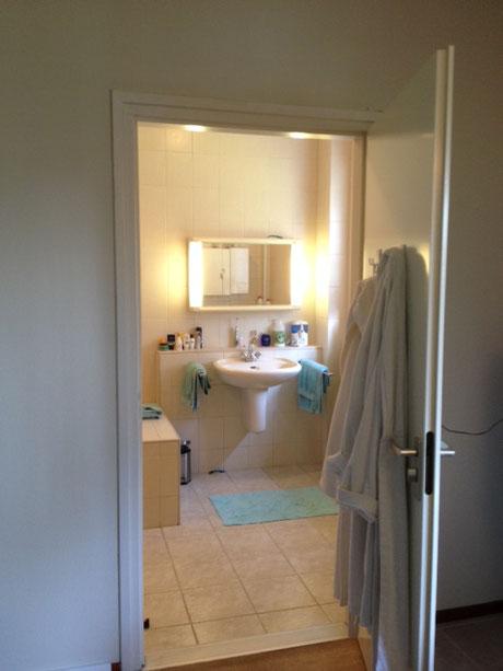 Inkijk in de badkamer.