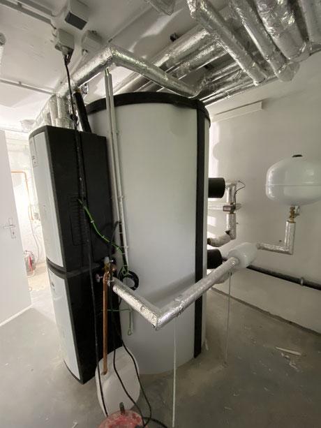 Pufferspeicher mit Heizung und Trinkwassertechnik