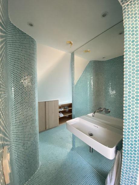 Loop Mosaik Bad mit raumhohem Spiegel hinter dem Waschbecken , extra abgerundete Formen.