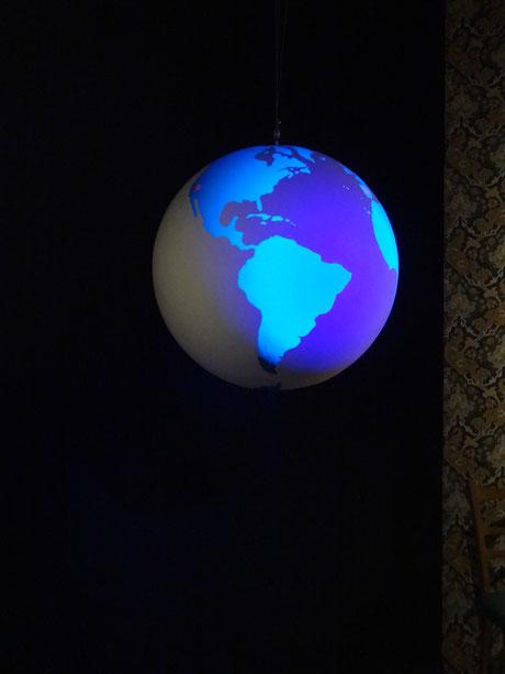 Esfera mundi flourescente girando en la Exposición sobre Marte en el Museo de Ciencia y Tecnología