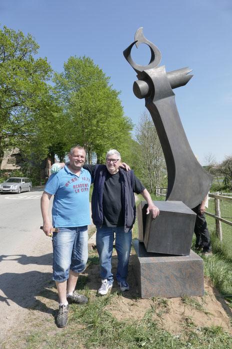 """Foto: Gläßel --- Die dänischen Künstler Kent Holm und Ib Rasmussen. """"Bronzeaxt"""""""