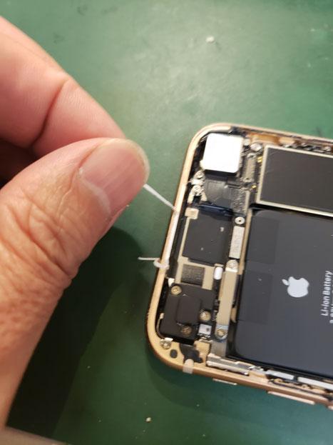 iPhone画面修理のシールテープ除去