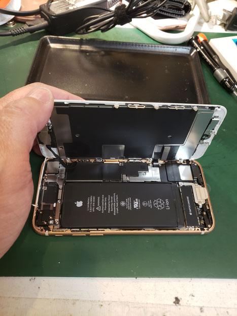 iPhone8ディスプレイ取り外し