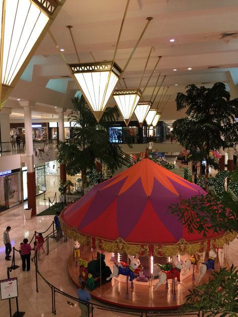 ショッピングモールの中にメリーゴーランド。こんなのも日本では見た事無い。でも、これくらいあるかな?