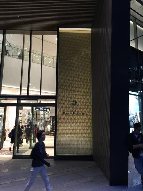 大名古屋ビルヂングの正面にあった照明。こちらは見え方が変わるので非常に面白いと思いました。