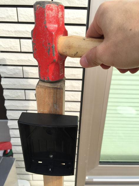 ワイヤレスインターフォンの外枠が付いた木杭を打ち込む。