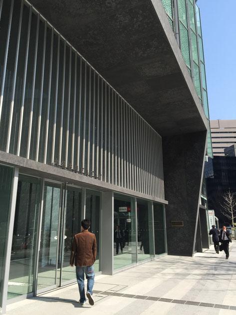 大名古屋ビルヂング、1Fオフィスエントランスには昔の看板がそのまま使われている。