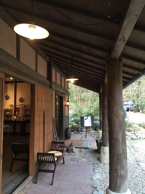 木造の素敵な雰囲気で作られていたギャレリア。屋根から木が突き出ているとは誰も思わない。