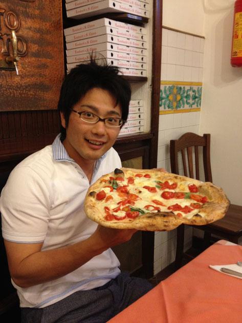 ナポリでピザを食べる柴ちゃん。でかいぜナポリピザ!
