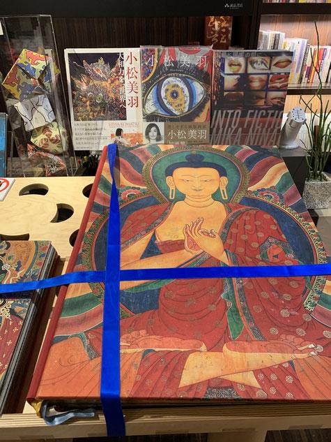 誠品書店の美術スペースで平台でフューチャーされる小松美羽の作品集。手前の仏教の書は関係ないと思う(忘れた)。