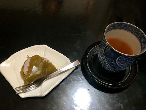 ☆桜餅味よし。器などがとてもいい。おかみさん(斎藤文江さん)のお見立て?