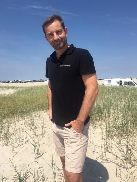 freaky finance, Mann in den Dünen, Strand, blauer Himmel, Dreharbeiten